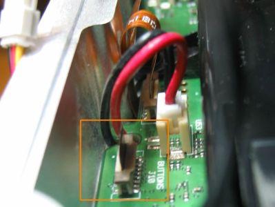 zum Schluss die Kabelverbindungen. Die rot-schwarzen Kabel für das Peltierelement müssen in den Schlitz, die Flachbandkabel sollten fest in der Buchse sitzen. Aufpassen bei Einbau des Lüfters!